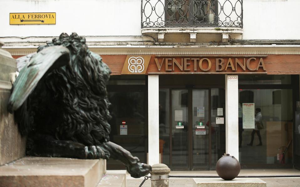 Πρόθεση της Ρώμης είναι να χορηγήσει «ένεση» κεφαλαίου 5 δισ. ευρώ στις δύο τράπεζες της περιφέρειας του Βένετο, οι οποίες ήδη έχουν διασωθεί μία φορά την περασμένη χρονιά από το ταμείο στήριξης των ιταλικών τραπεζών.