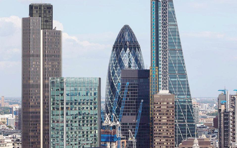 Η ΕΚΤ φαίνεται να θέλει να ενθαρρύνει τις μετακινήσεις που πρόκειται να αλλάξουν το τραπεζικό τοπίο σε Φρανκφούρτη, Παρίσι, Λουξεμβούργο και Δουβλίνο, τις πόλεις που αναμένεται να προσελκύσουν τις περισσότερες τράπεζες που θα φύγουν από το Λονδίνο.