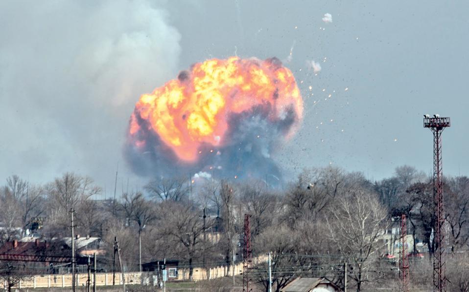 Ενα τεράστιο σύννεφο καπνού και φωτιάς υψώνεται πάνω από τη βάση των ουκρανικών ενόπλων δυνάμεων στην πόλη Μπαλακίγια, κοντά στο Χάρκοβο. Την καταστροφή προκάλεσε πυρκαγιά σε αποθήκη εκρηκτικών της στρατιωτικής βάσης, ενώ οι ουκρανικές αρχές απομάκρυναν περίπου 20.000 πολίτες σε ακτίνα 10 χιλιομέτρων. Η βάση της Μπαλακίγια απέχει περί τα 100 χιλιόμετρα από τη γραμμή του μετώπου που χωρίζει τον ουκρανικό στρατό από τους ρωσόφωνους αυτονομιστές αντάρτες.