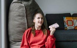 Η 17χρονη Αλεξάντρα Ελιοτ στο σπίτι της με το κινητό της, που την κάνει, όπως παραδέχεται, να νιώθει όμορφα.