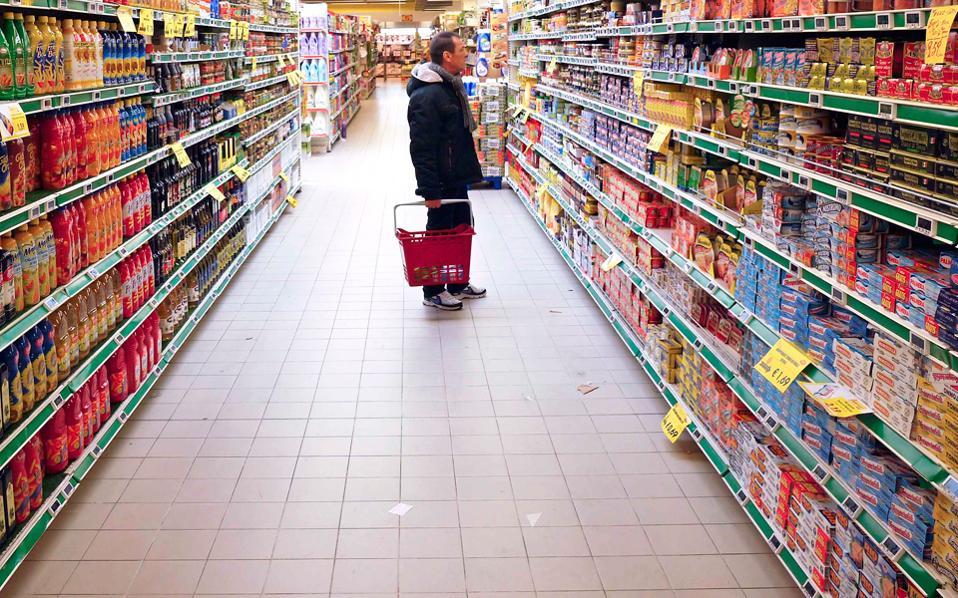 Εντείνονται οι φόβοι για συνέχιση της ύφεσης και το 2017. Σύμφωνα με πρόσφατη πρόβλεψη της εταιρείας ερευνών αγοράς IRI, οι πωλήσεις των σούπερ μάρκετ θα μειωθούν φέτος κατά 3,6% σε σύγκριση με το 2016.