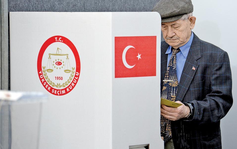 Τούρκος ψηφοφόρος χθες στο προξενείο της χώρας του στην Κολωνία. Δύο εβδομάδες έχουν στη διάθεσή τους 1,4 εκατ. Τούρκοι της Γερμανίας και 200.000 κάτοχοι διπλής υπηκοότητας προκειμένου να ψηφίσουν υπέρ ή κατά της συνταγματικής αναθεώρησης. Οι ψήφοι των Τούρκων του εξωτερικού –συνολικά 2,7 εκατ.– μπορεί να αποδειχθούν κρίσιμες για το δημοσκοπικά αμφίρροπο αποτέλεσμα της αναμέτρησης της 16ης Απριλίου. Η εκστρατεία του «ναι» πλειοδοτεί σε εθνικισμό, ενώ η εκστρατεία του «όχι» σημειώνει τους κινδύνους για τη δημοκρατία που ενέχει η μετάβαση της Τουρκίας σε προεδρικό σύστημα.