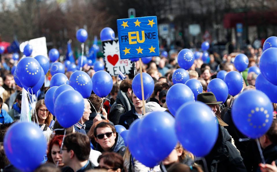 Διαδήλωση υπέρ της Ευρώπης πραγματοποίησαν την Κυριακή στο κέντρο του Βερολίνου οπαδοί της Ευρωπαϊκής Ενωσης, για να τιμήσουν την 60ή επέτειο της Συνθήκης της Ρώμης.