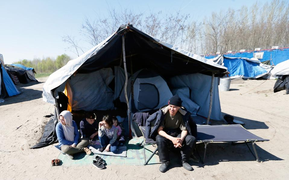 Οικογένεια Αφγανών προσφύγων στη Σερβία. Σε μια απόφαση με έντονο προεκλογικό άρωμα, η Αυστρία ανακοίνωσε χθες την απόσυρσή της από το πρόγραμμα μετεγκατάστασης με βάση το οποίο επρόκειτο να υποδεχθεί περίπου 1.900 ανθρώπους που έχουν ανάγκη διεθνούς προστασίας από την Ελλάδα και την Ιταλία. Από 160.000 πρόσφυγες που είχε συμφωνηθεί να μετεγκατασταθούν έως τον Σεπτέμβριο του 2017, δεν έχει δοθεί λύση ούτε για το ένα δέκατο. Η Κομισιόν δήλωσε ότι περιμένει από τη Βιέννη την τήρηση των συμφωνηθέντων.