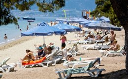 Η έλλειψη ρευστότητας έχει οδηγήσει Ελληνες ξενοδόχους να υπογράψουν συμβόλαια με tour operators σε πολύ χαμηλές τιμές. Μάλιστα, σε ορισμένες περιπτώσεις «υποθήκευσαν» τα δωμάτιά τους ακόμη και για 15 ευρώ έως το 2021. Δέλεαρ για τους ξενοδόχους αποτελούν οι προκαταβολές που εξασφαλίζουν από τους ξένους τουριστικούς οργανισμούς, οι οποίοι λειτουργούν ως τράπεζες για τις ξενοδοχειακές επιχειρήσεις.