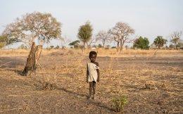 Το αγόρι αυτό στο Νότιο Σουδάν είναι ένα από τα εκατομμύρια παιδιά που απειλούνται από τη μεγαλύτερη ανθρωπιστική κρίση των τελευταίων 70 ετών. Η παρατεταμένη ξηρασία, ο εμφύλιος και η προτεινόμενη από τον Ντόναλντ Τραμπ δραστική περιστολή της αμερικανικής επισιτιστικής βοήθειας έχουν οδηγήσει τρεις αφρικανικές χώρες, το Νότιο Σουδάν, τη Σομαλία και τμήματα της Νιγηρίας, αλλά και την Υεμένη στην αραβική χερσόνησο, σε κατάσταση λιμού, τέτοιου που ο κόσμος έχει να βιώσει από τα τέλη του Β΄ Παγκοσμίου Πολέμου.