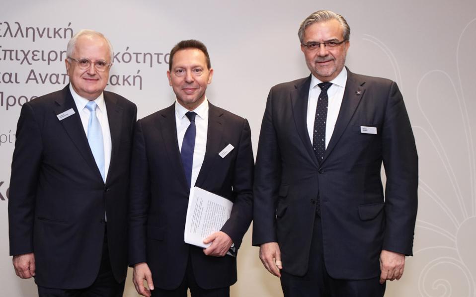 Από αριστερά προς τα δεξιά: Ο πρόεδρος του ομίλου Πειραιώς Γιώργος Χαντζηνικολάου, ο διοικητής της ΤτΕ Γιάννης Στουρνάρας και ο νέος διευθύνων σύμβουλος της τράπεζας Χρήστος Μεγάλου.