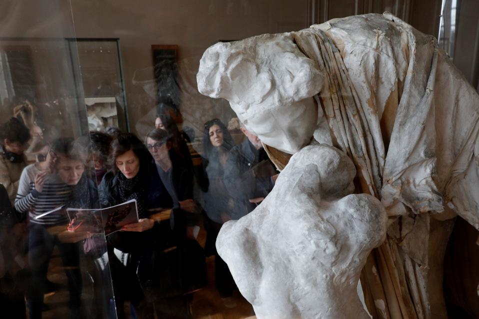 Εκατό χρόνια. Μια νέα έκθεση με αφορμή τα εκατό χρόνια από τον θάνατο του μεγάλου γλύπτη Auguste Rodin (1840-1917) διοργανώνεται στο μουσείο Rodin στο Παρίσι. Στην φωτογραφία επισκέπτες θαυμάζουν ένα από τα εκθέματα με τίτλο «Αbsolution, Circa 1900». REUTERS/Philippe Wojazer