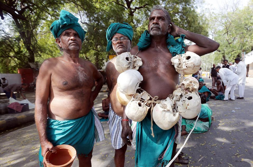 Θυσία για την γεωργία. Σε απεργία διαμαρτυρίας και πείνας έχουν κατέβει οι αγρότες της Νότιας Ινδίας απαιτώντας την διαχείριση των υδάτων των ποταμών. Μάλιστα ένας από αυτούς ποζάρει με κολιέ από ανθρώπινα κρανία τα οποία διατείνεται ότι ανήκουν επίσης σε αγρότες. EPA/HARISH TYAGI