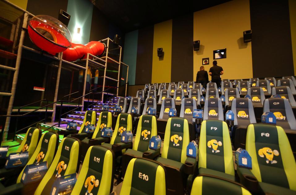 Λιλιπούτειοι σινεφίλ. Ενας κινηματογράφος φτιαγμένος αποκλειστικά για παιδιά ετοιμάζεται να ανοίξει τις πύλες του στην Καλιφόρνια. Τo Cinepolis εκτός από τα αναπαυτικά καθίσματα θα έχει και ξαπλώστρες, όπου οι μικροί θεατές θα μπορούν να δουν την ταινία στην αγκαλιά της μαμάς και στο πλάι θα υπάρχει και ένας παιδότοπος για όσους βρουν την ταινία βαρετή. REUTERS/Mike Blake