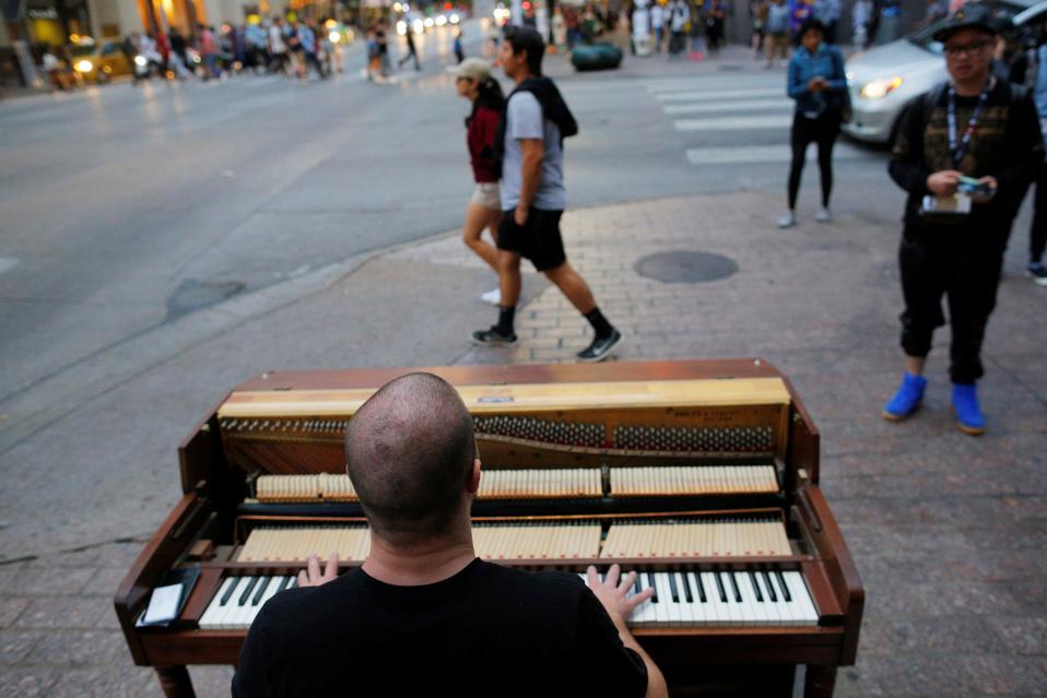 Συναυλιακός χώρος. Το South by Southwest Music Film Interactive Festival 2017 ξεκίνησε στο Austin του Τέξας και η μουσική δεν περιορίστηκε στις αίθουσες. Αντίθετα, βγήκε στον δρόμο για να προσεγγίσει τον κάθε κάτοικο της πόλης, με το πιάνο να τοποθετείται σε σταυροδρόμια και τον εικονιζόμενο David Gogi να παίζει τις νότες της επικοινωνίας.  REUTERS/Brian Snyder