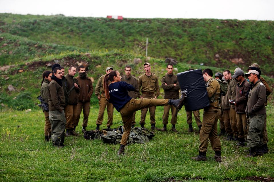 Ισότητα. Ημέρα της γυναίκας η 8η Μαρτίου και ενώ στις ΗΠΑ ετοιμάζονται για την πρώτη γενική απεργία φύλου, στο Ισραήλ η ανάγκη έδωσε το βήμα να γίνει η ισότητα πραγματικότητα. Στην φωτογραφία η στρατιωτίνα και γυμνάστρια Lotem Stapleton επιδεικνύει κινήσεις Krav Maga σε άνδρες στρατιώτες στην διάρκεια εκπαίδευσης στα υψίπεδα του Golan. REUTERS/Nir Elias