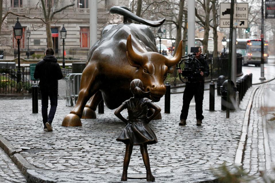 Η ατρόμητη. Με το θάρρος που έχουν τα μικρά κορίτσια, αυτά που ακόμα δεν νιώθουν το βάρος στους  ώμους τους, όσα εναποθέτουν οι άλλοι στο φύλο τους, θέλησαν να ταυτίσουν την θέση της γυναίκας στους μεγάλους οικονομικούς κολοσσούς. Ετσι με αφορμή την Ημέρα της Γυναίκας απέναντι από τον ταύρο-σύμβολο της Wall Street τοποθετήθηκε από το State Street, ένα ατρόμητο κορίτσι, με σκοπό να ενισχυθούν οι γυναίκες στα συμβούλια και τις διευθυντικές θέσεις.  REUTERS/Brendan McDermid