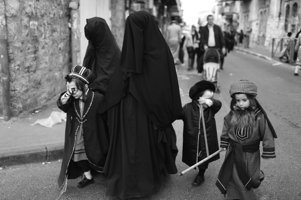 Μπούργκα στο Ισραήλ. Ορθόδοξες Εβραίες βαδίζουν στην γειτονιά Mea Shearim της Ιερουσαλήμ μαζί με τα παιδιά τους, καλυπτόμενες από ένα μαύρο πανί για λόγους σεμνότητας. Αν και η μπούργκα είναι χαρακτηριστικό ένδυμα του Ισλάμ, ένα καινούργιο (ως προς την έξαρση) φαινόμενο παρατηρείται στο Ισραήλ με όλο και περισσότερες θρησκευόμενες γυναίκες να επιλέγουν αυτόν τον τύπο ντυσίματος όταν βγαίνουν έξω από το σπίτι τους, φαινόμενο που απαντάται πια σε αρκετές εκατοντάδες στην χώρα. EPA/ABIR SULT