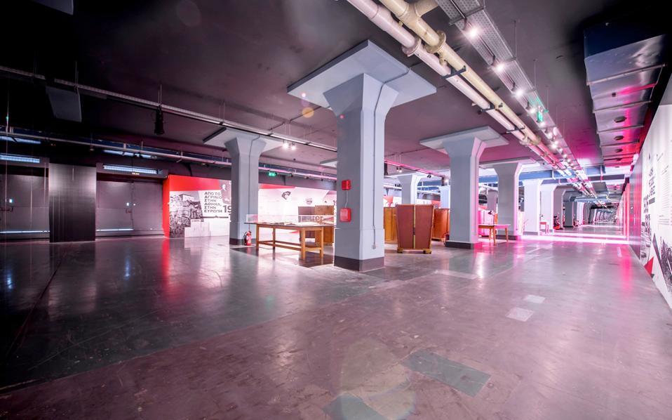 Στο νούμερο 25 της Γραβιάς, η «Παπαστράτος» κατασκεύασε το λιθογραφείο της το 1962 και το 2016 δημιούργησε τον «Προορισμό: Παπαστράτος», με λιτές, καθαρές γραμμές, απόλυτης συμμετρίας.