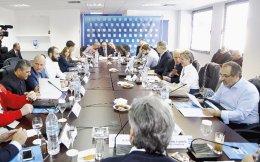 Στο χθεσινό Δ.Σ. της Λίγκας, παρότι πέρασε το θέμα της αναδιάρθρωσης του πρωταθλήματος, η λήψη απόφασης για την αναδιανομή των τηλεοπτικών εσόδων αναβλήθηκε. Αιχμές άφησε ο Ολυμπιακός κατά της ΑΕΚ.