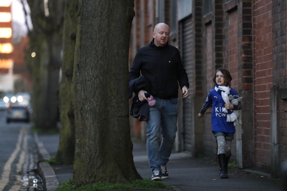 Λέστερ. Κανονικά η είδηση θα ήταν ότι η ομάδα-έκπληξη συνεχίζει την καλή της πορεία ξεσηκώνοντας τους φανατικούς οπαδούς της. Ομως η φωτογραφία του πατέρα που βαδίζει για το γήπεδο μαζί με την κόρη του, για να περάσουν το απόγευμα μαζί, μόνο τρυφερότητα μπορεί να προκαλέσει.  Action Images via Reuters / Carl Recine Livepic