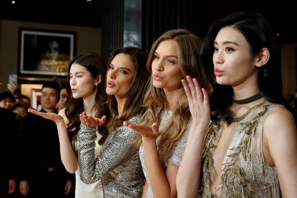 Συμβολικά. Την ημέρα της γυναίκας επέλεξε και η γνωστή εταιρία Victoria's Secret να ανοίξει ένα νέο κατάστημα στην Shanghai. Στα εγκαίνια, παρούσες και οι μούσες της εταιρίας He Sui, Alessandra Ambrosio, Josephine Skriver και Xi Mengyao. REUTERS/Aly Song