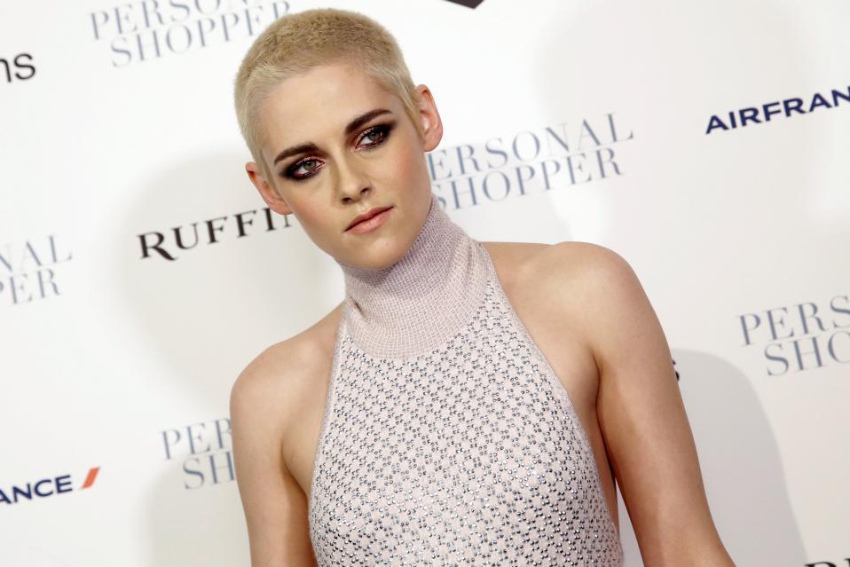 Νέο λουκ. Με κοντό αγορίστικο (αλήθεια έχει νόημα η έκφραση αυτή πια;) κούρεμα εθεάθη η λατρεμένη του νεανικού κοινού Kristen Stewart. H ηθοποιός παρευρέθη στην πρεμιέρα της νέας της ταινίας «Personal Shopper» στην Νέα Υόρκη. REUTERS/Mike Segar