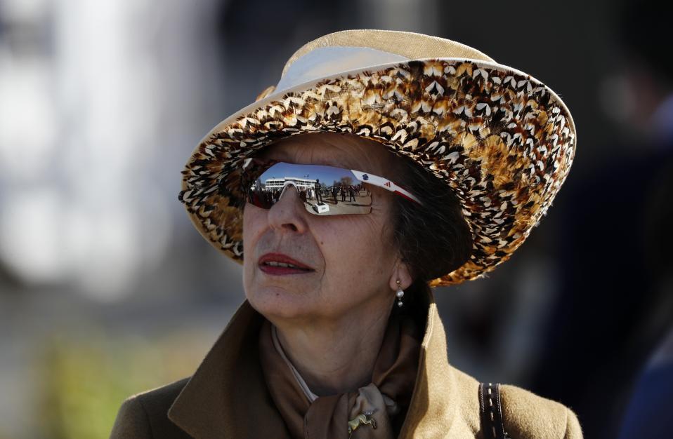 Στυλ. Μπορεί η μητέρα της να φορά τα φούξια και τα τιρκουάζ ταγέρ που βγάζουν μάτι αλλά είναι η πριγκίπισσα Anne που έκανε πάντα την διαφορά. Ανατρεπτική και ελεύθερη πάντα αυτή την φορά καταφέρνει να συνδυάσει το επίσημο ντύσιμό της  και το καπέλο με τα φτερά με τα αθλητικά γυαλιά της στην ημέρα κυριών των ιπποδρομιών στο Cheltenham. Reuters / Stefan Wermuth Livepic