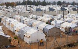 Από τα τρία εκατομμύρια πρόσφυγες που ζουν σήμερα στην Τουρκία, το 10% φιλοξενείται σε 26 καταυλισμούς. Αρκετοί σκέφτονται ακόμη να φύγουν προς την Ευρώπη ή τον Καναδά.