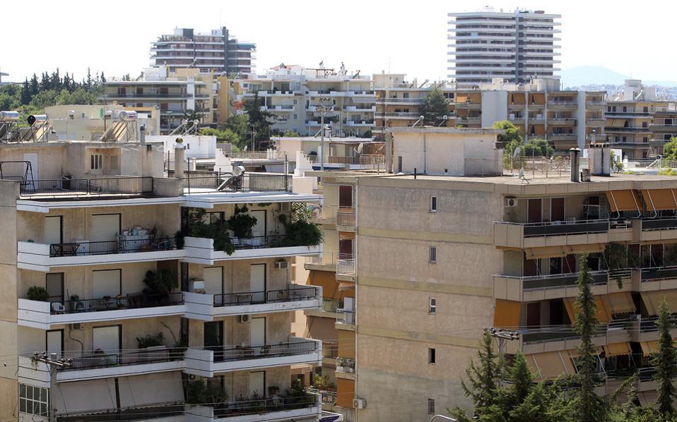 Πέραν των αρνητικών οικονομικών δεδομένων, τα δημογραφικά στοιχεία της χώρας είναι αρνητικά επί σειράν ετών, με αποτέλεσμα να «περισσεύουν» χιλιάδες τ.μ. κατοικιών.