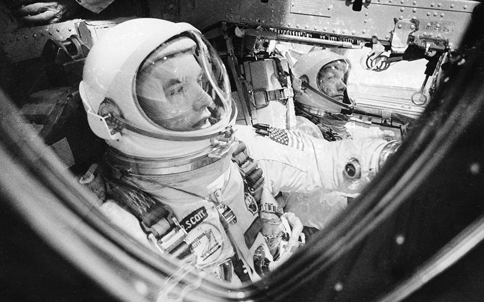Οι αστροναύτες Ντείβιντ Σκοτ και Νιλ Αρμστρονγκ εντός του διαστημόπλοιου Gemini 8, λίγα λεπτά πριν την απογείωσή τους το 1966. (AP Photo/NASA)
