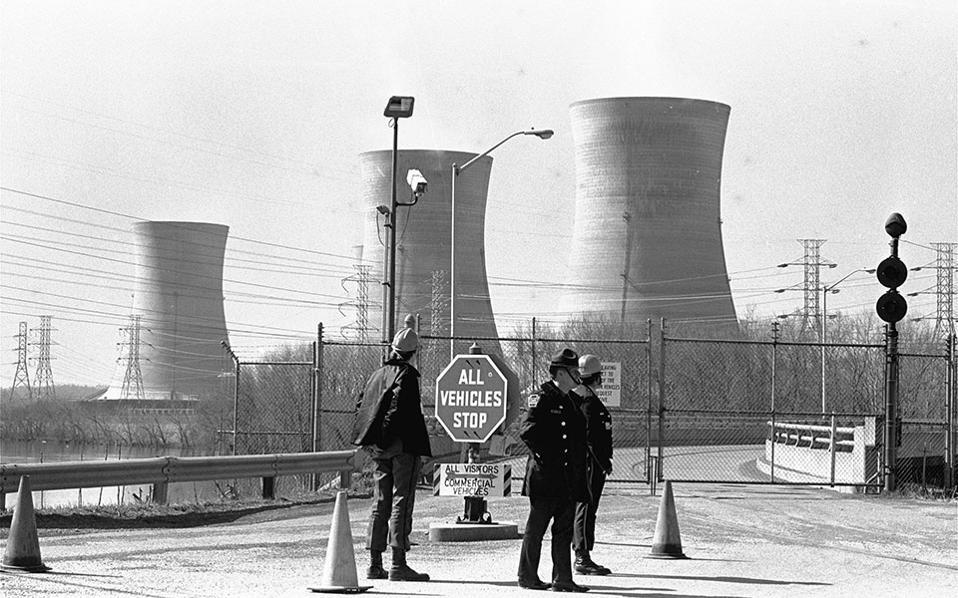 Πυρηνικό ατύχημα στην Πενσιλβανία των ΗΠΑ. Παύει να λειτουργεί μία αντλία στο σύστημα ψύχρανσης του αντιδραστήρα, στο Θρι Μάιλ Άιλαντ, με αποτέλεσμα να εξατμιστεί μέρος του μολυσμένου νερού, προκαλώντας έτσι το σοβαρότερο πυρηνικό ατύχημα στην ιστορία των ΗΠΑ, το 1979.