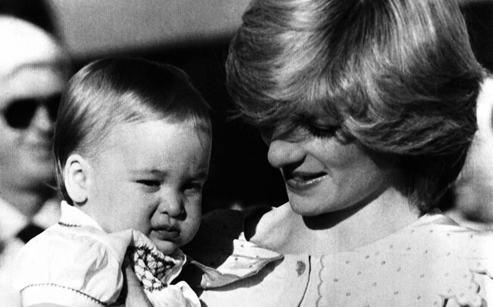 Η πριγκίπισσα Νταϊάνα κρατά στα χέρια της τον πρίγκιπα Ουίλιαμ στο αεροδρόμιο Αλις Σπρινγκς της Αυστραλίας, το 1983, κατά τη διάρκεια μίας βασιλικής περιοδείας. (AP Photo/Dave Caulkin)