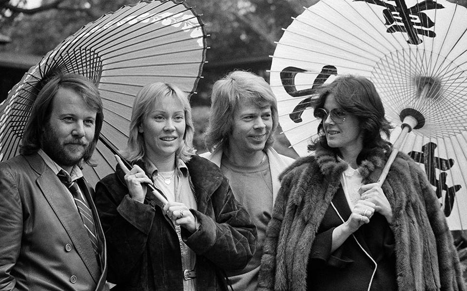 Το διάσημο συγκρότημα από τη Σουηδία, επισκέπτεται την Ιαπωνία κατά τη διάρκεια περιοδίας. Στη φωτογραφία, οι θρυλικοί ΑΒΒΑ ποζάρουν με παραδοσιακές ιαπωνικές ομπρέλες, το 1980. (AP Photo/Tsugufumi Matsumoto)