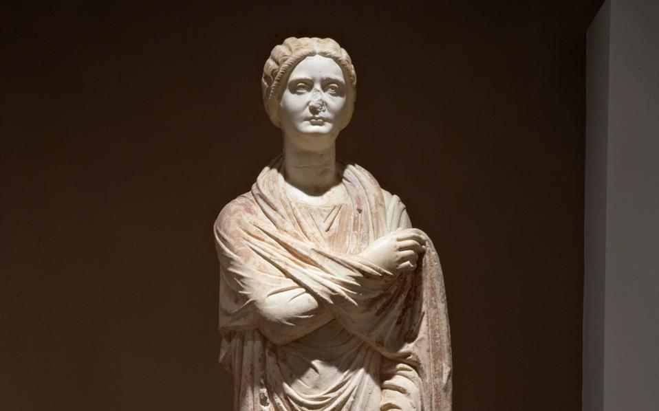 Η Ηρακλειώτισσα, ρωμαϊκό άγαλμα εξαιρετικής τέχνης ύψους 2,11 μ., παριστάνει μια εξέχουσα προσωπικότητα της κοινωνίας της Θεσσαλονίκης, πιθανόν τη Βεβία Αλεξάνδρα, αρχιέρεια του 3ου αιώνα μ.Χ. Το άγαλμα διεκδικεί τον πρώτο επαναπατρισμό λεηλατημένης αρχαιότητας μεταπολεμικά στην Ελλάδα.