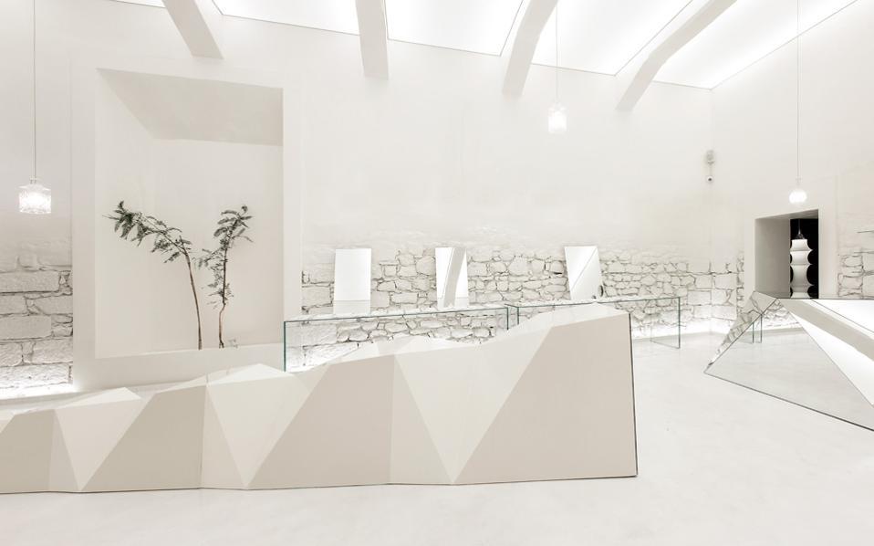 Ο σχεδιασμός «ανάγει με τρόπο ευφυή το εμπορικό αντικείμενο της επιχείρησης σε αρχιτεκτονικό θέμα: παίζει διαρκώς με την ίδια την όραση».