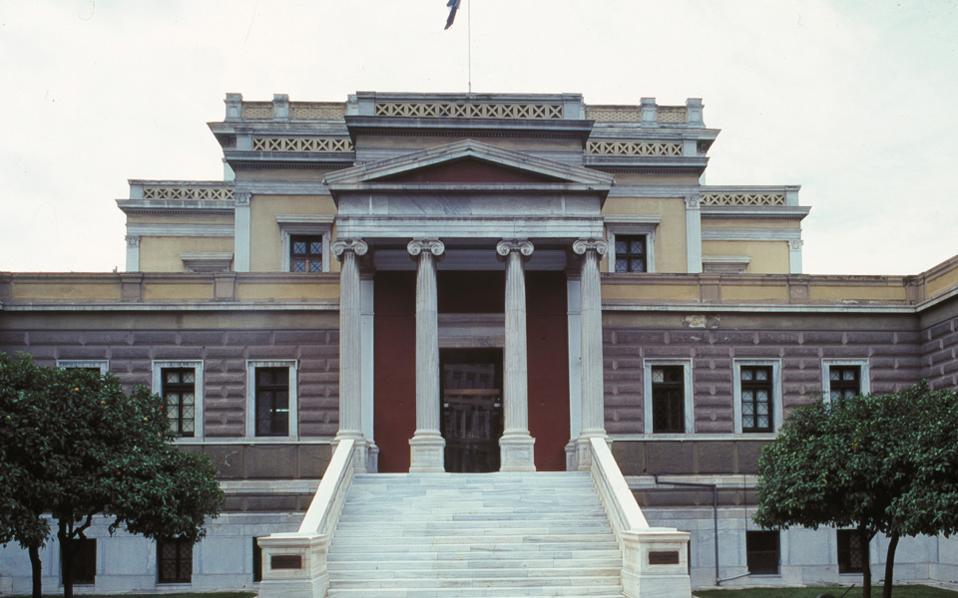 Το Εθνικό Ιστορικό Μουσείο στεγάζεται στην Παλαιά Βουλή από το 1962 μετά τα έργα αποκατάστασης από τον Αν. Ορλάνδο. Το 1932, ο Ελευθέριος Βενιζέλος παραχώρησε το κτίριο στην Ιστορική και Εθνολογική Εταιρεία της Ελλάδος.