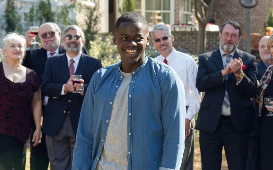 Ο Βρετανός Ντάνιελ Καλούγια ερμηνεύει τον ρόλο του Κρις, ενός Αφροαμερικανού που θα βρεθεί σε ένα επικίνδυνα «λευκό» περιβάλλον.
