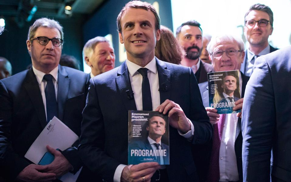 Ο ανεξάρτητος υποψήφιος Εμανουέλ Μακρόν παρουσιάζει το προεκλογικό του πρόγραμμα στη διάρκεια χθεσινής συνέντευξης Τύπου, στο Παρίσι.