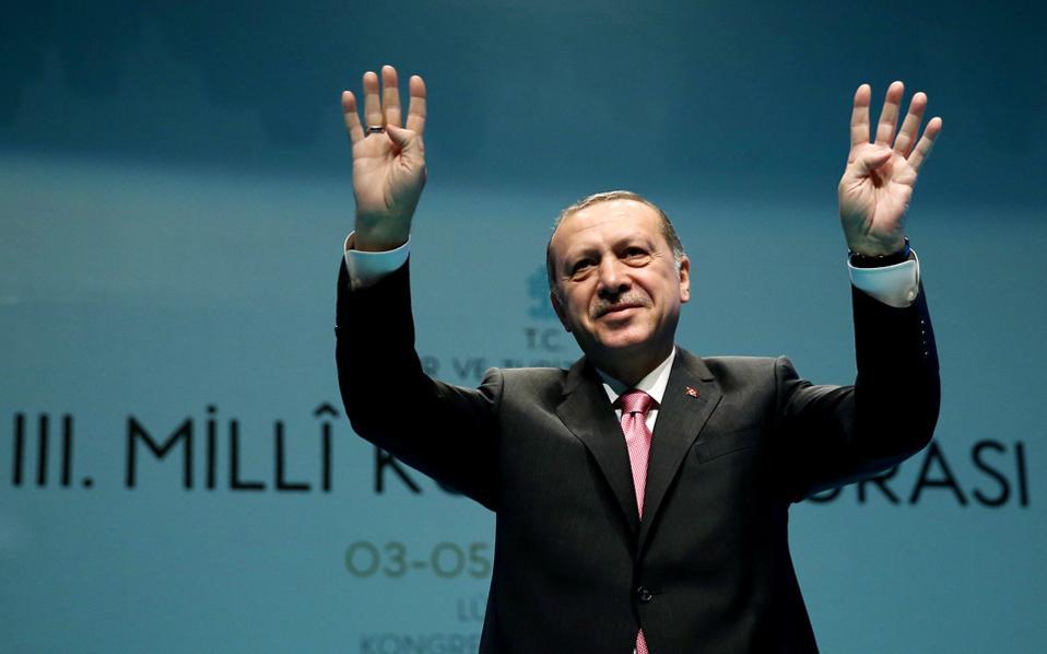 Το δημοψήφισμα δεν είναι εύκολη υπόθεση για τον Ερντογάν. Σύμφωνα με τις δημοσκοπήσεις που παρήγγειλε το ΑΚΡ, το «Ναι» προηγείται με ποσοστό της τάξεως του 51%- 54%, κάτι που αφήνει ανοιχτό κάθε ενδεχόμενο.