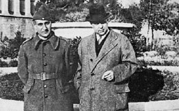 6 Ιανουαρίου 1941. Ο Γιώργος Θεοτοκάς με τη στολή του εθελοντή και ο Γιώργος Σεφέρης. Αναμνηστική φωτογραφία από πλανόδιο φωτογράφο, μπροστά στην Εθνική Βιβλιοθήκη.