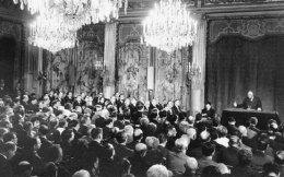 21.2.1966. Σε ιστορική συνέντευξη Τύπου ο πρόεδρος Σαρλ ντε Γκωλ ανακοινώνει την αποχώρηση της Γαλλίας από το στρατιωτικό σκέλος του ΝΑΤΟ.