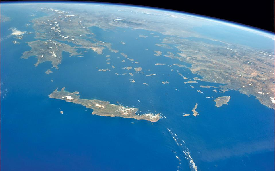 Από πλευράς πληροφόρησης που παρέχουν οι δορυφόροι ζούμε σ' ένα «Παγκόσμιο Χωριό».