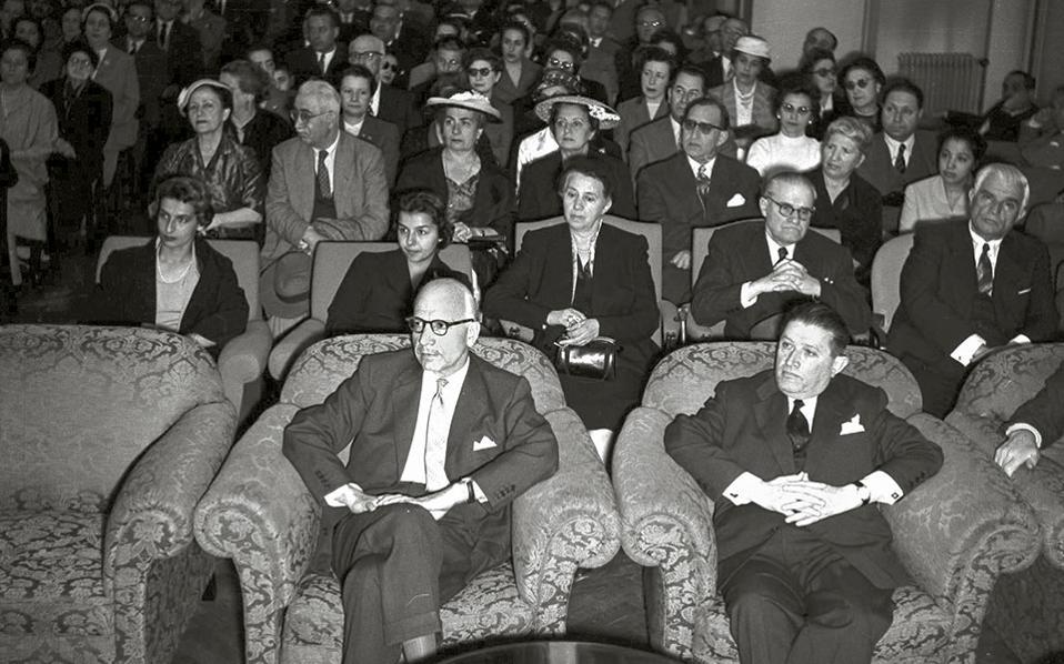 Ο Σύλλογος των Υπαλλήλων της Τράπεζας βραβεύει τον συνάδελφο Ηλία Βενέζη. Ο σπουδαίος συγγραφέας εργάστηκε στην ΤτΕ επί 27 χρόνια, μέχρι το 1957 (χρονολογία της φωτογραφίας), όταν εξελέγη μέλος της Ακαδημίας Αθηνών.