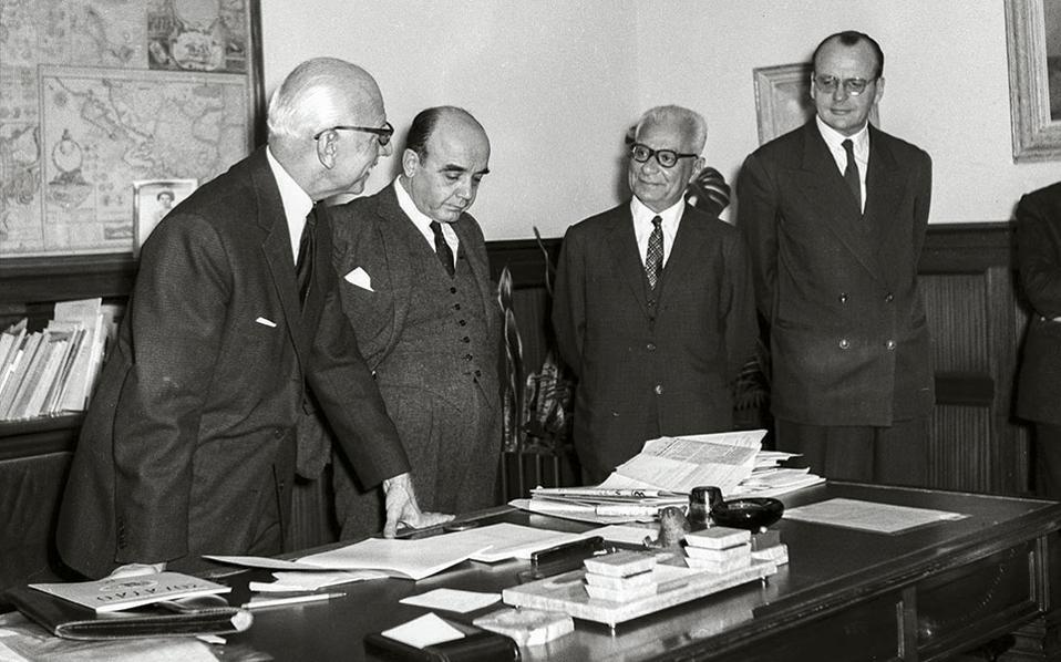 Ο Βενέζης (τρίτος από αριστερά, ανάμεσα στον Ξ. Ζολώτα και τους υποδιοικητές Γαλάνη και Πεσμαζόγλου) αρθρογραφούσε και στο πρωτοποριακό για την εποχή περιοδικό «Κύκλος» των υπαλλήλων της τράπεζας, την επιμέλεια του οποίου είχε επωμισθεί ο Νάσος Δετζώρτζης. Εδώ, το 1963, σε απονομή βραβείων διηγήματος που είχε διοργανώσει το περιοδικό.