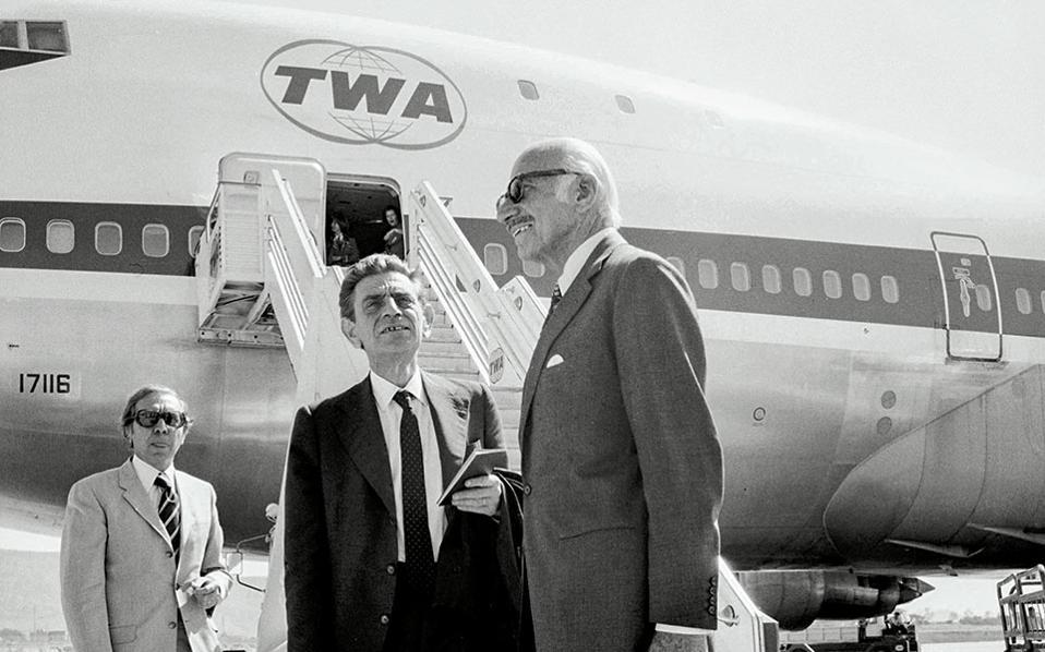 Σεπτέμβριος του 1974 και οι Παναγιώτης Παπαληγούρας και Ξενοφώντας Ζολώτας ετοιμάζονται για ένα υπηρεσιακό ταξίδι. Ο πρώτος ανέλαβε χρέη διοικητή της ΤτΕ για περίπου τρεις μήνες, μέχρι να τον διαδεχτεί για μια τρίτη θητεία ο Ξενοφώντας Ζολώτας, ο οποίος εν τω μεταξύ διατελούσε υπουργός Συντονισμού.