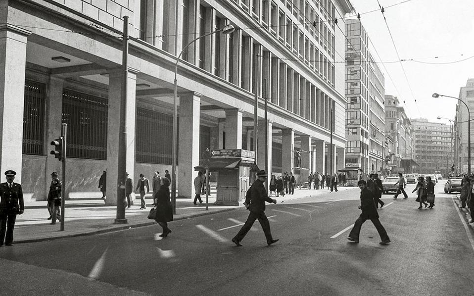 Αποψη του κεντρικού κτιρίου της ΤτΕ το 1978, από την πλευρά της οδού Σταδίου. Το κτίριο αποτελεί έδρα της τράπεζας από τον Απρίλιο του 1938.