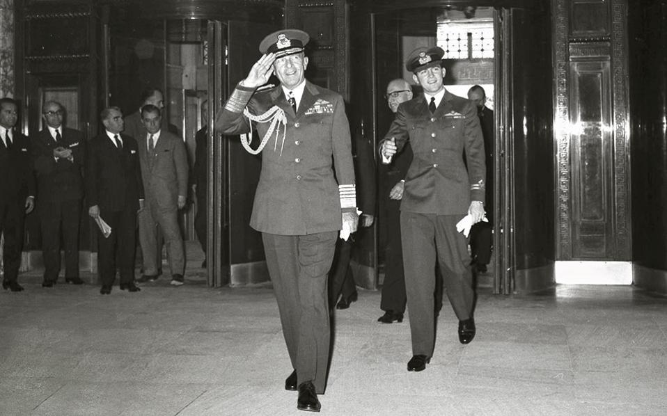 Εθιμοτυπική επίσκεψη του βασιλιά Παύλου στην Τράπεζα της Ελλάδος τον Μάρτιο του 1963, λίγο καιρό δηλαδή πριν αρρωστήσει. Συνοδεύεται από τον 23χρονο διάδοχο Κωνσταντίνο. Οι δυο τους εισέρχονται από την κεντρική είσοδο του κτιρίου, στην οδό Πανεπιστημίου.