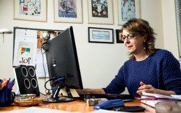 Η Έφη Τσακαλίδου στο γραφείο της στο  Γεωπονικό Πανεπιστήμιο. Ετοιμάζεται να μου δείξει το γράφημα της ανάγνωσης του γονιδιώματος τριών διαφορετικών ελιών. (Φωτογραφίες: ΔΗΜΗΤΡΗΣ ΒΛΑΪΚΟΣ)