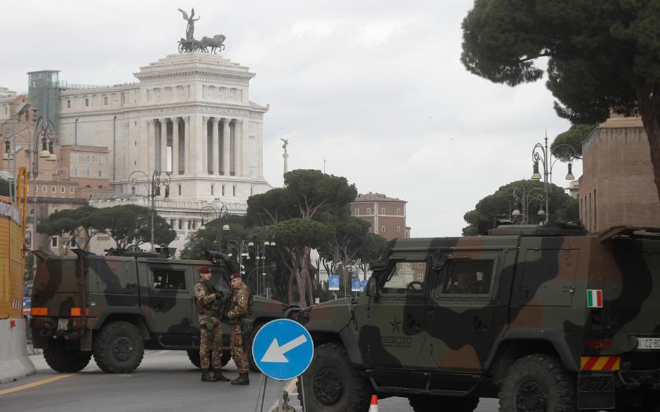 Το ενδιαφέρον μετατέθηκε στις Βρυξέλλες, όπου μέχρι το βράδυ της Πέμπτης συνεχίζονταν οι διαπραγματεύσεις, και μετά στη Ρώμη, που φιλοξενεί τους Ευρωπαίους ηγέτες, στη διακήρυξη και στη στάση της ελληνικής κυβέρνησης.