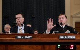 Επί πέντε ώρες οι διευθυντές του FBI και της NSA, Τζέιμς Κόουμι και Μάικλ Ρότζερς, εκτόξευαν δημοσίως δηλητηριώδη βέλη εναντίον του προέδρου Τραμπ, καταθέτοντας στην αρμόδια επιτροπή της Βουλής.