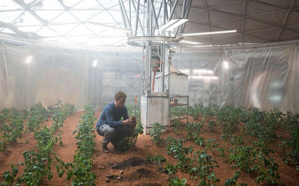 O Ματ Ντέιμον στην πατατοφυτεία του στον πλανήτη Αρη.