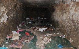 Η σπηλιά στην Κρήτη μέσα στην οποία κρατούνταν μετανάστες και πρόσφυγες από το κύκλωμα διακινητών.