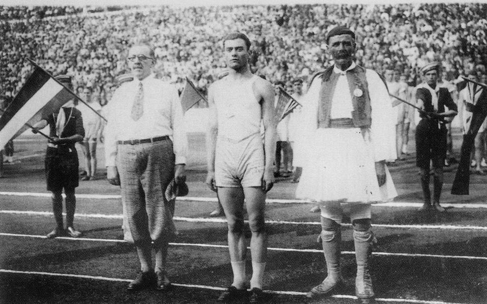 Το 1896 Ο Σπύρος Λούης κόβει το νήμα στο μαραθώνιο των πρώτων σύγχρονων Ολυμπιακών Αγώνων. Χρόνος: 2 ώρες, 58 λεπτά και 50 δευτερόλεπτα.